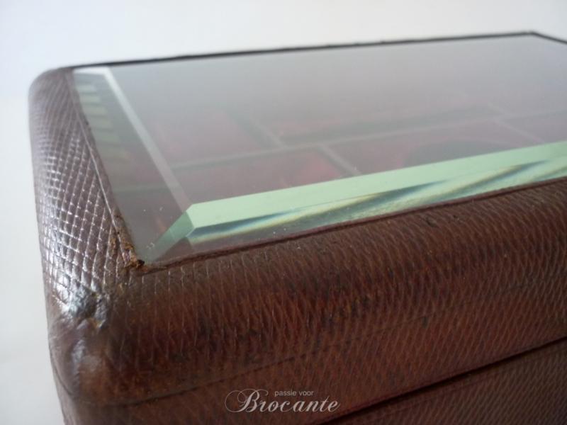 19de Eeuwse juwelendoos in leder met deksel in gebisauteerd glas