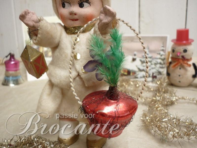 Antiek glazen kerstbal in de vorm van een bloemenmandje