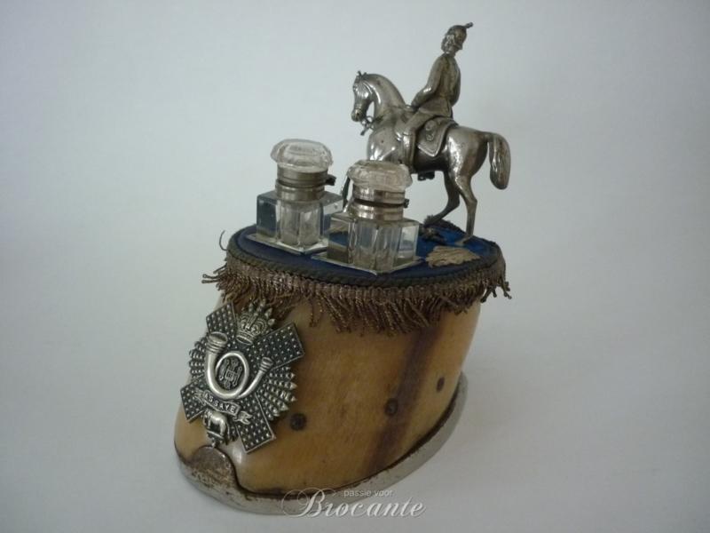Inktstel met ruiter op paardenhoef - Militaire trofee Assey