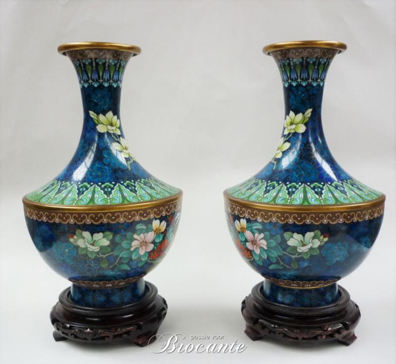 Paar antieke Chinese cloisonné flesvaas op sokkeltjes