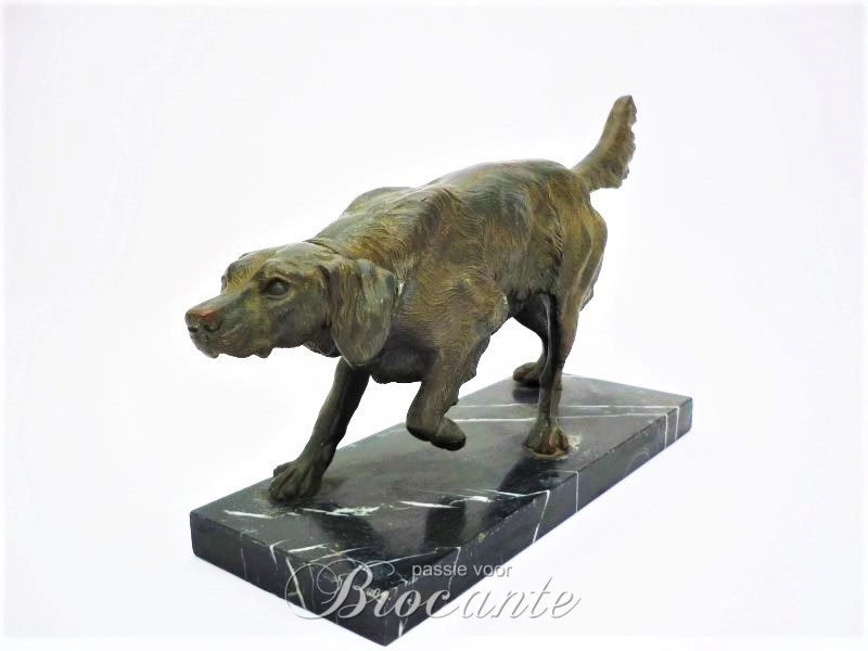 Mooie jachthond in kunstbrons op marmeren sokkel