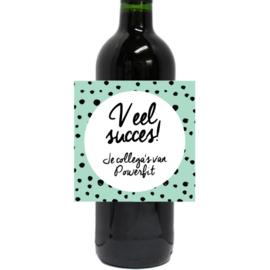 Fles wijn met gepersonaliseerd etiket