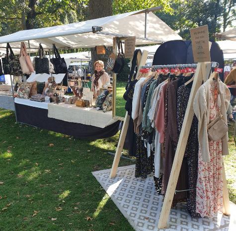 marktkraam met dameskleding, tassen en kussenhoezen