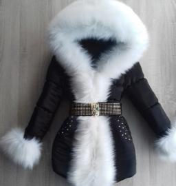 Winterjas met grote volle witte bontkraag Steentjes en gouden riem