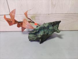Decoratie rots met rode kunstplant
