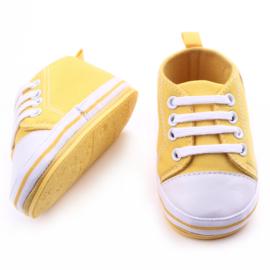 Gele gympen met 'baby' logo