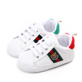 Witte gympen met groen/rode achterkant