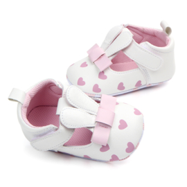 Witte zomerschoentjes met roze hartjes