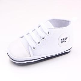 Witte gympen met 'baby' logo