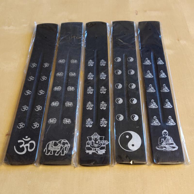 Zwart plankje met zilveren motieven