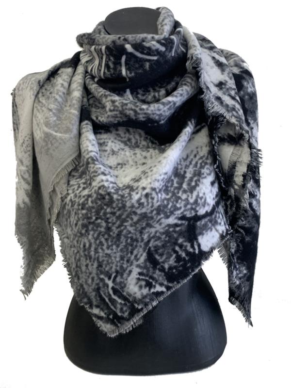 Malse, carré sjaal  in grijs tinten (tipsjaal)