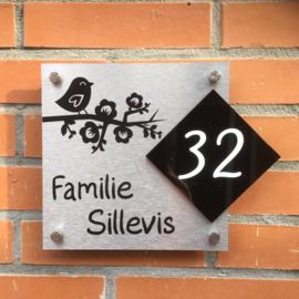 Naambordje met vogel op tak en huisnummer