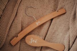 Borstel en kledinghanger met naam (Set)