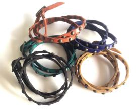 Set van 5 leren armbandjes met knopjes