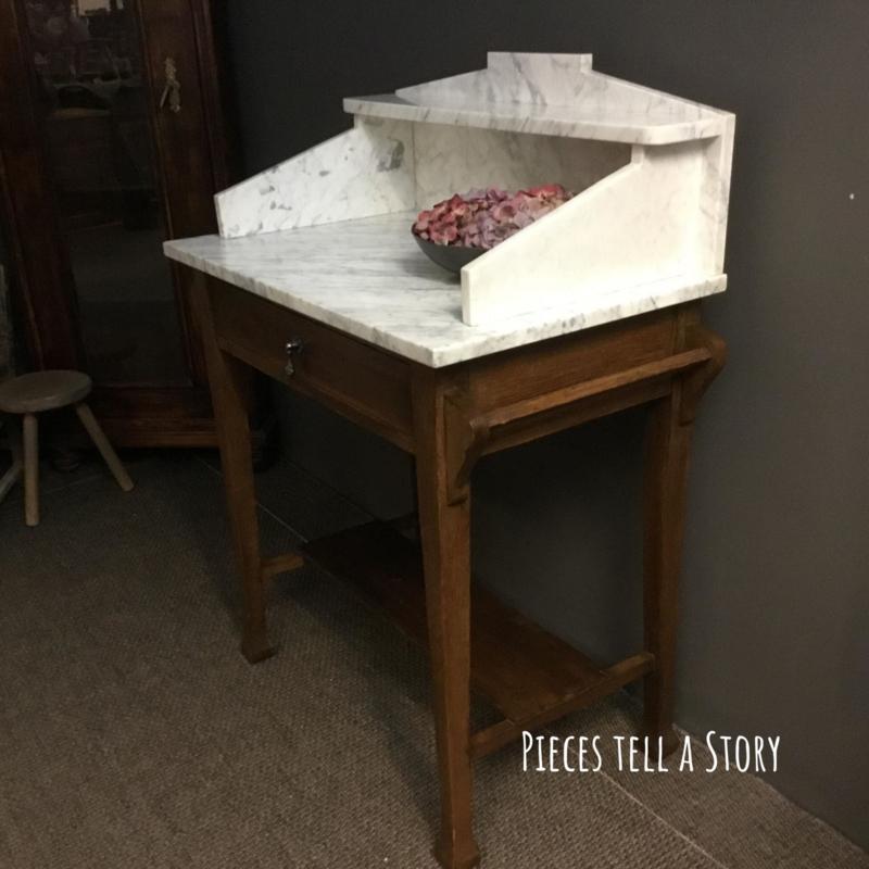 Antieke wastafel met marmeren blad