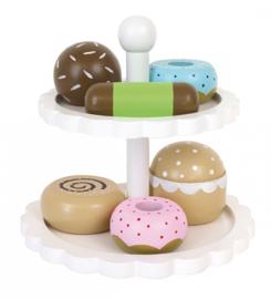 Houten cakestandaard met taartjes