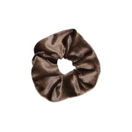 Scrunchie velvet 'licht bruin'.