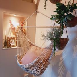 Hangmat stoel + oud roze kussen.