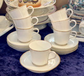Kop en schotel - fijn porselein (porcelaine de Paris of Bruxelles?) - gemerkt onderkant met 'A la Cruche Cassée, Porcelaines, 59 Rue de Rivoli' (Paris)