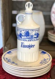 Vinaigre karafje met stopje – Art Deco decor helderblauw tafereel van boertje, een paartje en een molen in spuitdecor