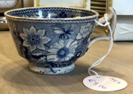 Kopje - met 'duivelsoortje' - décor van blauwe bloemen en bijtjes op beige ondergrond