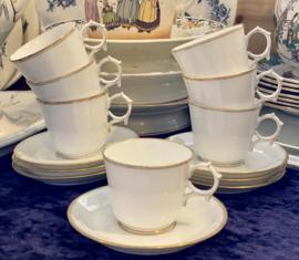 Kop en schotel - fijn porselein (porcelaine de Paris of Bruxelles?) - wit met goudkleurige filet randjes