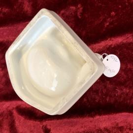 Zeepbakje - de SPHINX - wit aardewerk en met merkje aan bovenkant