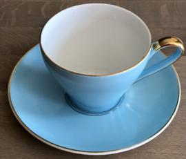 Kop en schotel - Société Céramique Maastricht - 1956-1958 - lichtblauw / azuurblauw met goudkleurig biesje en oortje - model Desiree of Parisienne