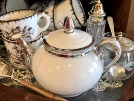 Theepotje – wit porselein met zilverkleurige tuit, knopje en randen