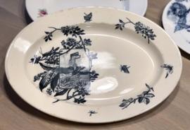 Schaal - ovaal - ongemerkt - donkerblauw décor van appelbloesemtak met een sprinkhaan, meiklokjes en een vogel die naar een slak kijkt