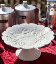 Schaal op voet wit met druivendecoratie in relief en geschulpte rand, Boch Freres