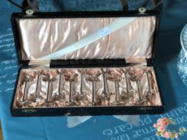 Oude doos met 12 messenleggers