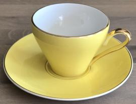 Kop en schotel - Société Céramique Maastricht - 1956-1958 - geel met goudkleurig biesje en oortje - model Desiree of Parisienne