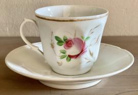Kop en schotel - porselein - handgeschilderde roze roosjes en een niet meer leesbare wens / spreuk