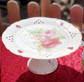 Taartschaal / gebakschaal - op voet - porselein - décor van rozen, meibloem