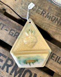 Wijwaterbakje / wijwatervat - gemerkt met BELGIUM 574 - licht bruin aardewerk met groen en donkerderbruin accent en Heilig Hart in reliëf