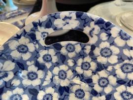 Broodschaal - opengewerkte handvatten - Société Céramique Maestricht - décor BLOSSOM blauw