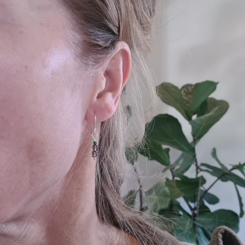 Oorbellen India, rookkwarts en groene spinel