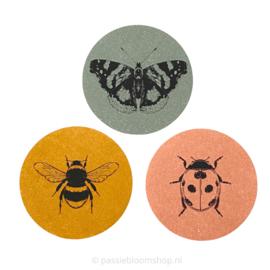 Sluitstickers rond gekleurde insecten