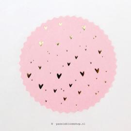 Sluitsticker rond roze met gouden hartjes