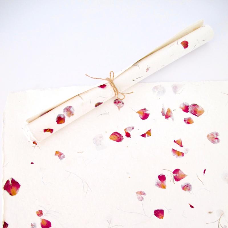 Vintage papier handgeschept met rozenblaadjes
