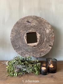 authentiek oud vergrijsd houten karrewiel
