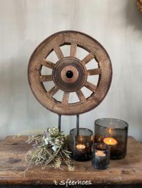 authentiek oud doorleefd houten kruiwagenwiel