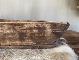 oud doorleefd Chinees houten dienblad met ijzeren details