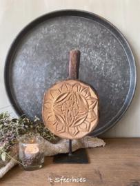 oude doorleefde houten chapati op standaard