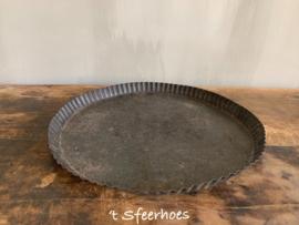 originele oud ijzeren Franse bakvorm met kartelrand, maat L