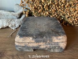 oud doorleefd houten bajottafeltje vergrijsd, vierkant