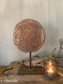 oud houten chapati op ijzeren standaard