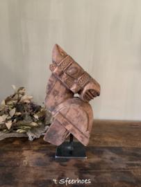 oud doorleefd houten paardenhoofd op ijzeren standaard 2