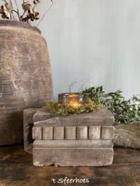 oud doorleefd houten kruidenbakje met handvat
